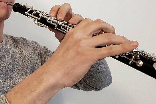 Vue d'un hautbois tenu avec les deux mains