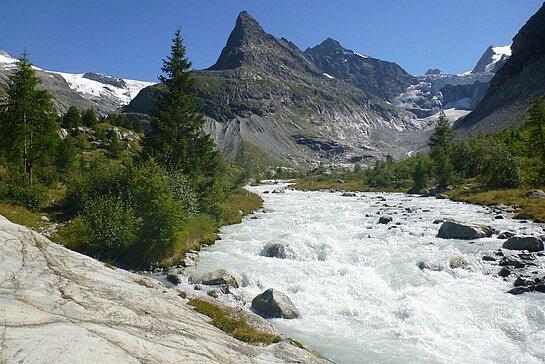 Rivière d'eau vive et fond du val d'Hérens en Valais
