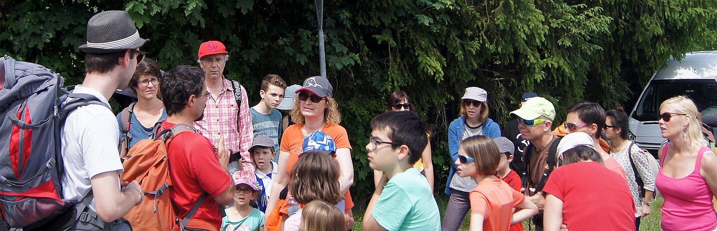 Parents et enfants en tenue de marche, prêts au départ.