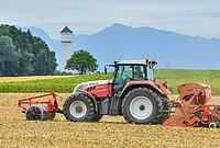 Tracteur dans un champ du Gros-de-Vaud