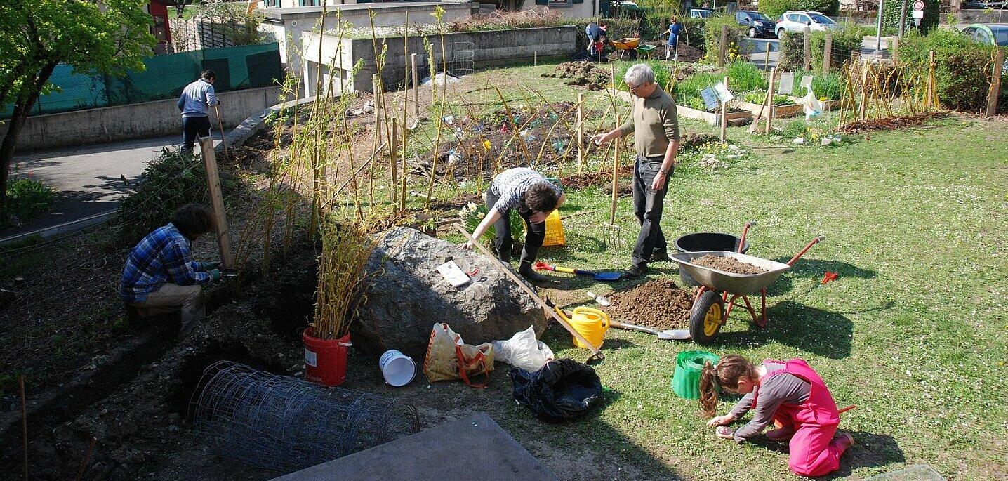 Adultes et enfants jardinant ensemble