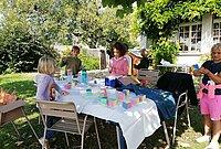 Enfant autour d'une table