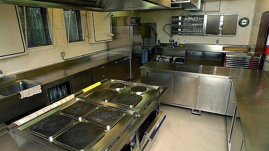 Vue des équipements de la cuisine professionnelle du centre paroissial