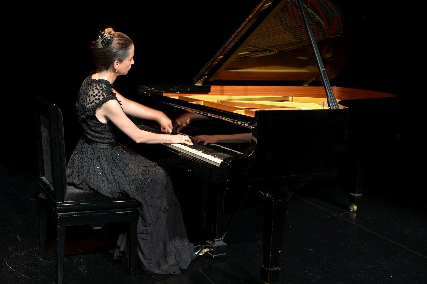 Marie-Christine Pasche joue du piano à queue