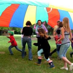 Enfants s'amusant sous un foulard coloré géant
